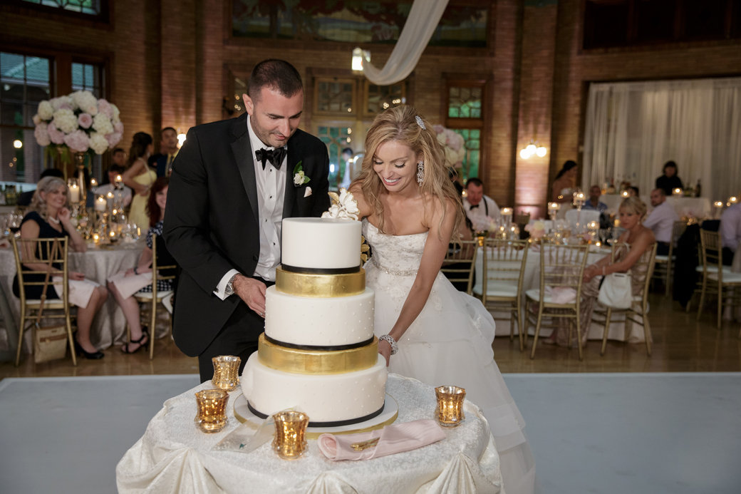 Glamorous Gold Wedding Cake | Cafe Brauer | Chicago Wedding | Bubbly Moments